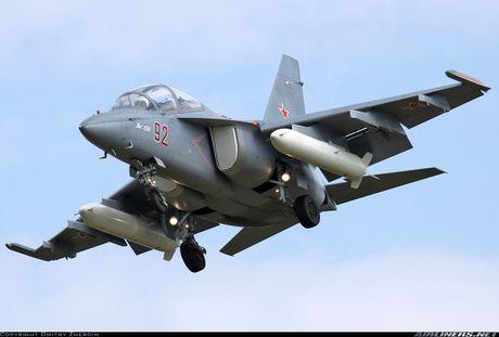 Yak-130 dung truoc nguy co bi F-7G soan ngoi tai Lao - Anh 2