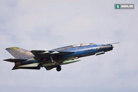 Yak-130 dung truoc nguy co bi F-7G soan ngoi tai Lao - Anh 3