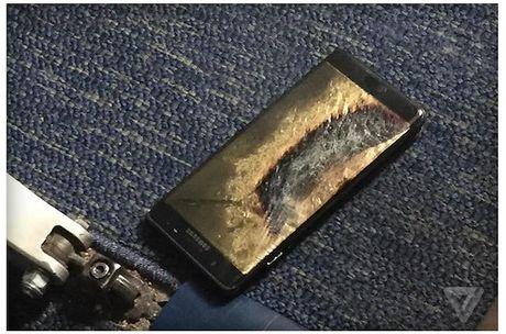 Galaxy Note 7 thay moi lai boc chay ngay tren may bay - Anh 1