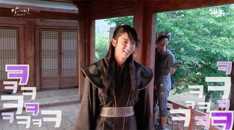 Moon Lovers tiet lo clip hau truong vui nhon 'trong phim chem giet, ngoai doi tham thiet' - Anh 1