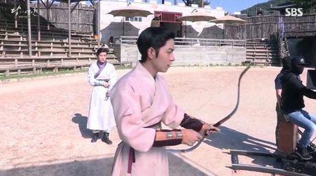 Moon Lovers tiet lo clip hau truong vui nhon 'trong phim chem giet, ngoai doi tham thiet' - Anh 2