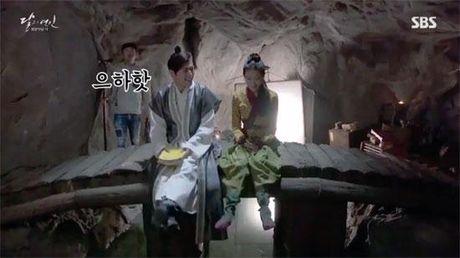 Moon Lovers tiet lo clip hau truong vui nhon 'trong phim chem giet, ngoai doi tham thiet' - Anh 5