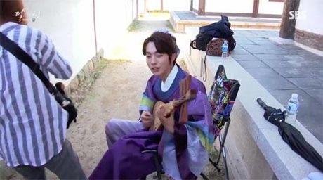 Moon Lovers tiet lo clip hau truong vui nhon 'trong phim chem giet, ngoai doi tham thiet' - Anh 6
