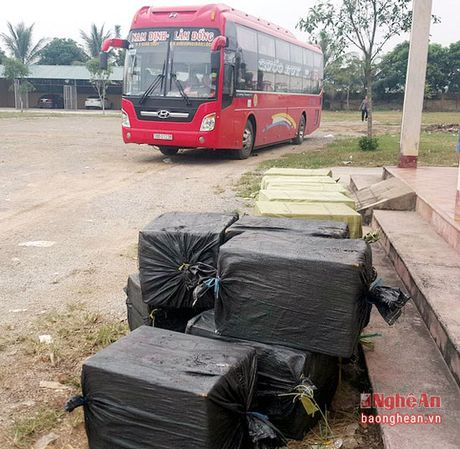 Hon 1 tan nhong tam boc mui tren xe khach Bac - Nam - Anh 1