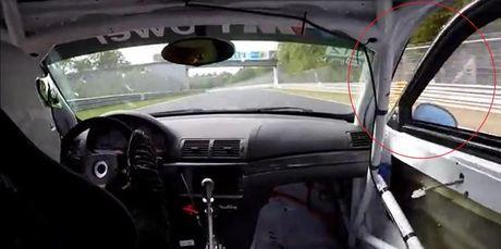 Xe dua BMW bay mat cua khi dang thi dau - Anh 1