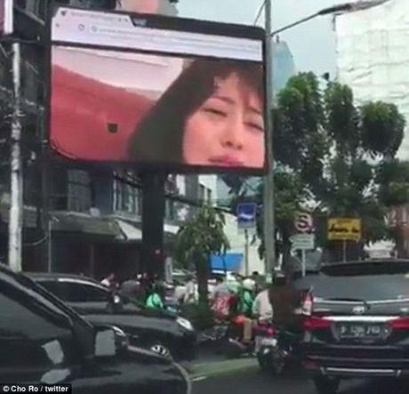 Duong pho Indonesia tac nghen nghiem trong vi phim khieu dam duoc chieu cong khai - Anh 2