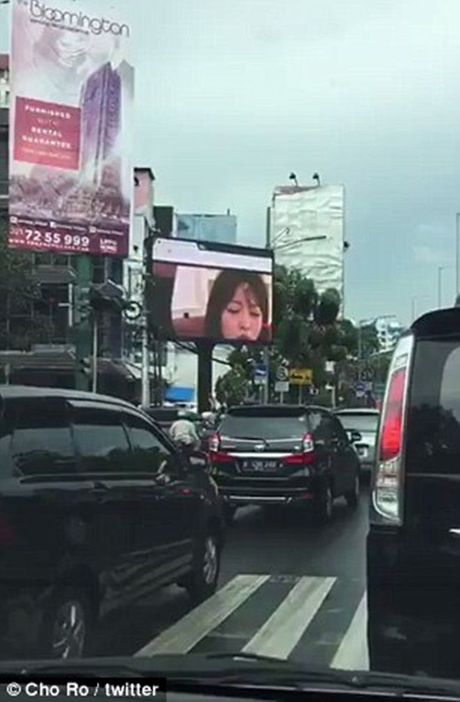 Duong pho Indonesia tac nghen nghiem trong vi phim khieu dam duoc chieu cong khai - Anh 3