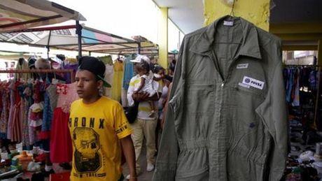 Cong nhan dau khi Venezuela phai ban dong phuc mua thuc an - Anh 1