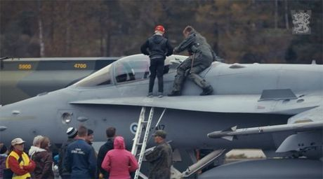 Chien co F-18 cat canh ngoan muc tu duong cao toc - Anh 2