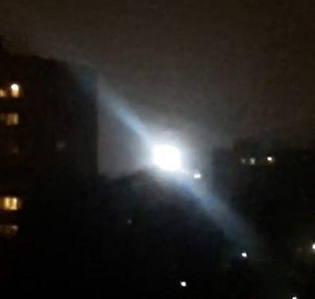 Nga: UFO sang ruc ca bau troi canh toa nha chung cu - Anh 1