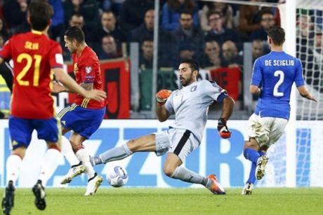 Italia 1-1 Tay Ban Nha: Buffon mac sai lam, Italia hoa may man - Anh 1