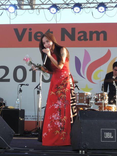 Em gai Phuong Linh ca tinh voi ao dai cach dieu - Anh 2