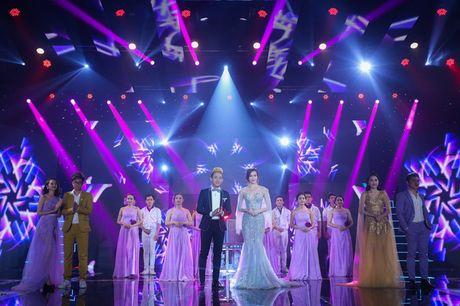 Tran Thanh - Hari Won thoai mai than mat, tinh tu tren san khau song ca - Anh 2