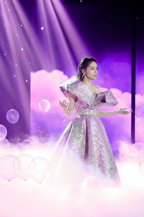 Tran Thanh - Hari Won thoai mai than mat, tinh tu tren san khau song ca - Anh 5