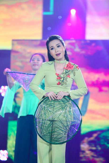 Tran Thanh - Hari Won thoai mai than mat, tinh tu tren san khau song ca - Anh 8