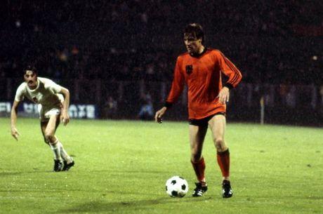 Doi hinh xuat sac nhat lich su cua Cruyff: Cris Ronaldo va Messi bi loai - Anh 4