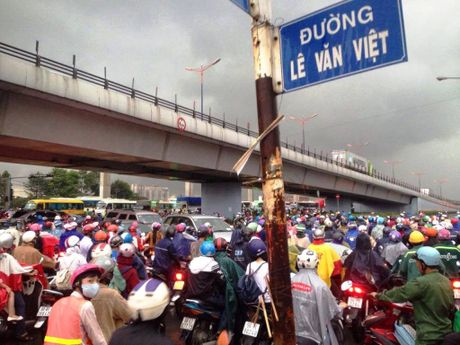 Ngan phuong tien mac ket duoi mua khu vuc Tan Son Nhat - Anh 15