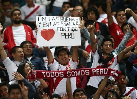 Peru vs Argentina (0-0, H1): Messi dua gia dinh di xem phim - Anh 2