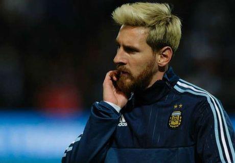 Peru vs Argentina (0-0, H1): Messi dua gia dinh di xem phim - Anh 6