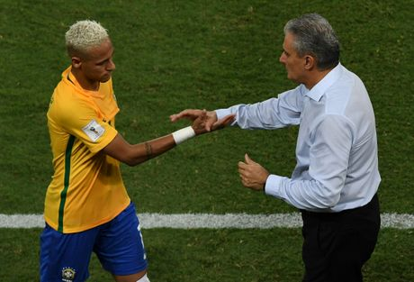 Mau chay dam dia tren guong mat Neymar - Anh 9