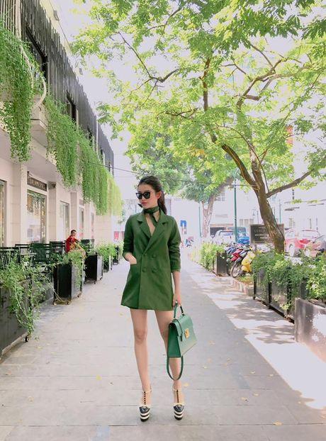 Kho ai co the danh bai duoc vong eo sieu be cua Ngoc Trinh trong street style tuan nay - Anh 13