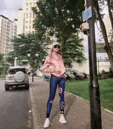 Kho ai co the danh bai duoc vong eo sieu be cua Ngoc Trinh trong street style tuan nay - Anh 25