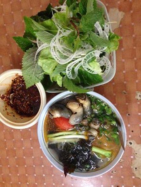 Hang bun oc Ha Noi 'ngon phat hon' khien khach san sang an o via he - Anh 1