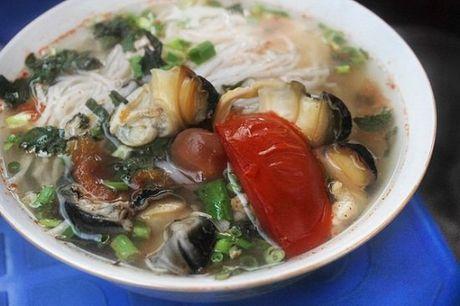 Hang bun oc Ha Noi 'ngon phat hon' khien khach san sang an o via he - Anh 2