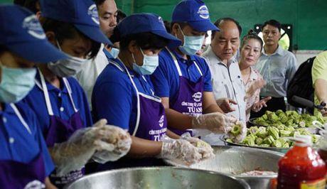 Thu tuong Nguyen Xuan Phuc kiem tra dot xuat suat an cong nhan - Anh 1