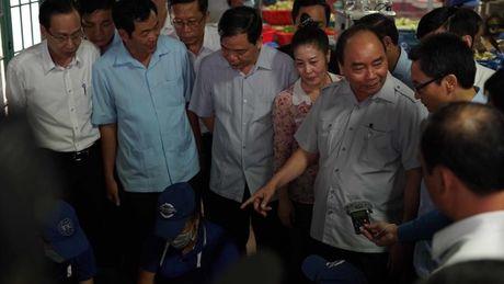 Thu tuong Nguyen Xuan Phuc kiem tra dot xuat suat an cong nhan - Anh 2