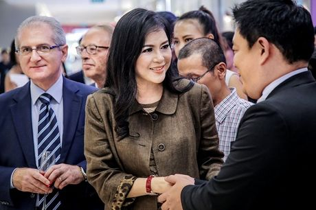Doanh nhan Thuy Tien rang ro ve nuoc sau khi duoc vinh danh the gioi - Anh 4