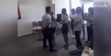 Cong ty Trung Quoc gay soc khi bat nu nhan vien xep hang hon sep - Anh 1