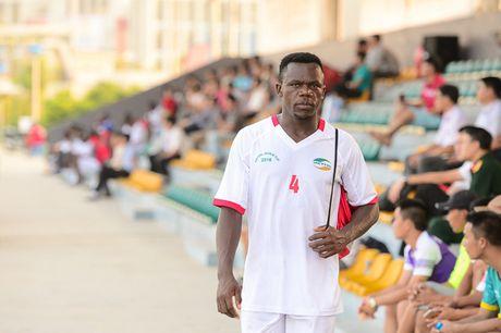 Tien ve nguoi Cameroon thoa uoc mo choi bong o san dau 5 sao Viet Nam - Anh 1