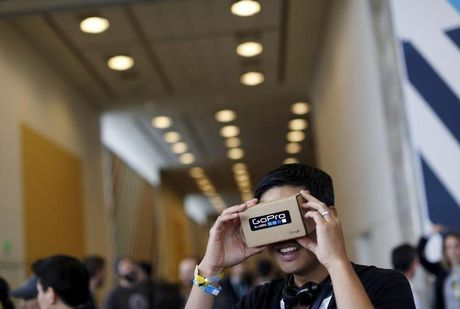 Google va Facebook muon tao ra tai nghe VR tam trung - Anh 2