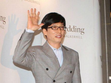 Yoo Jae Suk gop hon 1 ti dong giup nan nhan bao Chaba - Anh 1