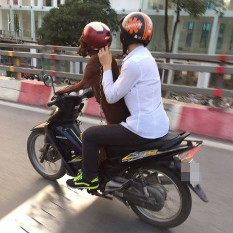 Hinh anh chu cho dieu khien xe may tren duong pho Ha Noi gay tranh cai - Anh 2