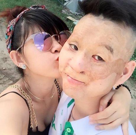 Cap doi 'chong xau - vo xinh' hanh phuc chao don con trai dau long - Anh 3