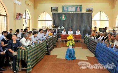 Chu tich Nguyen Thien Nhan va Doan cong tac tham lang det tho cam - Anh 2