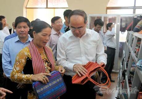 Chu tich Nguyen Thien Nhan va Doan cong tac tham lang det tho cam - Anh 5