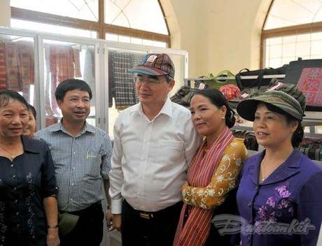 Chu tich Nguyen Thien Nhan va Doan cong tac tham lang det tho cam - Anh 6