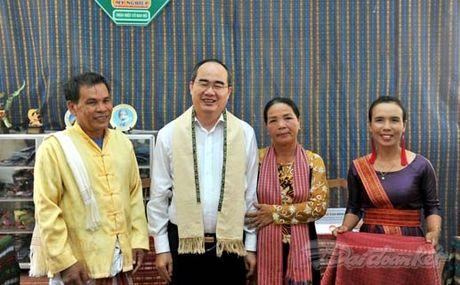 Chu tich Nguyen Thien Nhan va Doan cong tac tham lang det tho cam - Anh 9