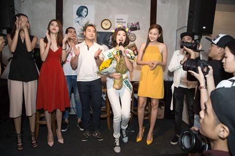 Ban trai dai gia bat ngo chuc mung sinh nhat Thuy Van tai buoi hop fan - Anh 2