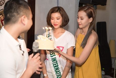Ban trai dai gia bat ngo chuc mung sinh nhat Thuy Van tai buoi hop fan - Anh 4