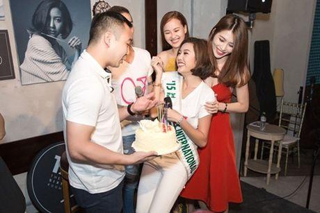 Ban trai dai gia bat ngo chuc mung sinh nhat Thuy Van tai buoi hop fan - Anh 5