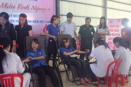 500 sinh vien truong Dai hoc Ha Tinh tham gia hien mau nhan dao - Anh 2