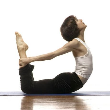 4 tu the yoga truoc khi di ngu cho ban voc dang eo thon, dui gon - Anh 3