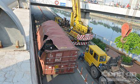 """Hon 7 tieng """"giai cuu"""" container bi lat tren cau o Sai Gon - Anh 1"""