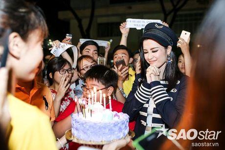 Dong Nhi hanh phuc don sinh nhat trong vong vay cua fan sau hau truong The Voice Kids - Anh 10