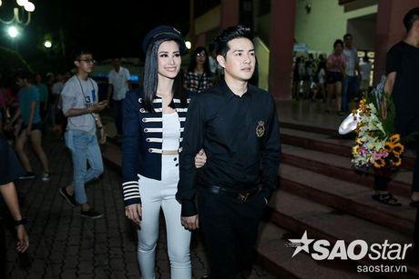 Dong Nhi hanh phuc don sinh nhat trong vong vay cua fan sau hau truong The Voice Kids - Anh 1