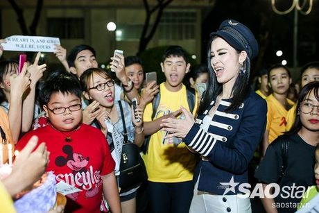 Dong Nhi hanh phuc don sinh nhat trong vong vay cua fan sau hau truong The Voice Kids - Anh 7